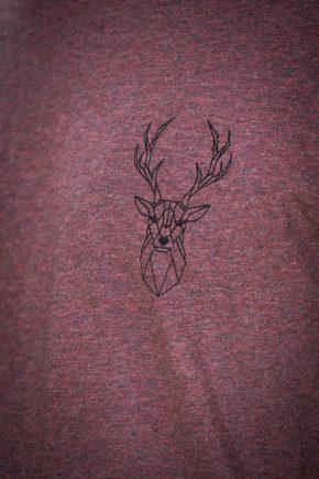ÄSTETIKA T-Shirt - THE DEER cranberry/black detail